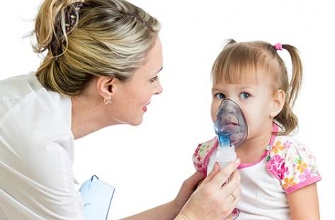 Ребенок с нибулайзером